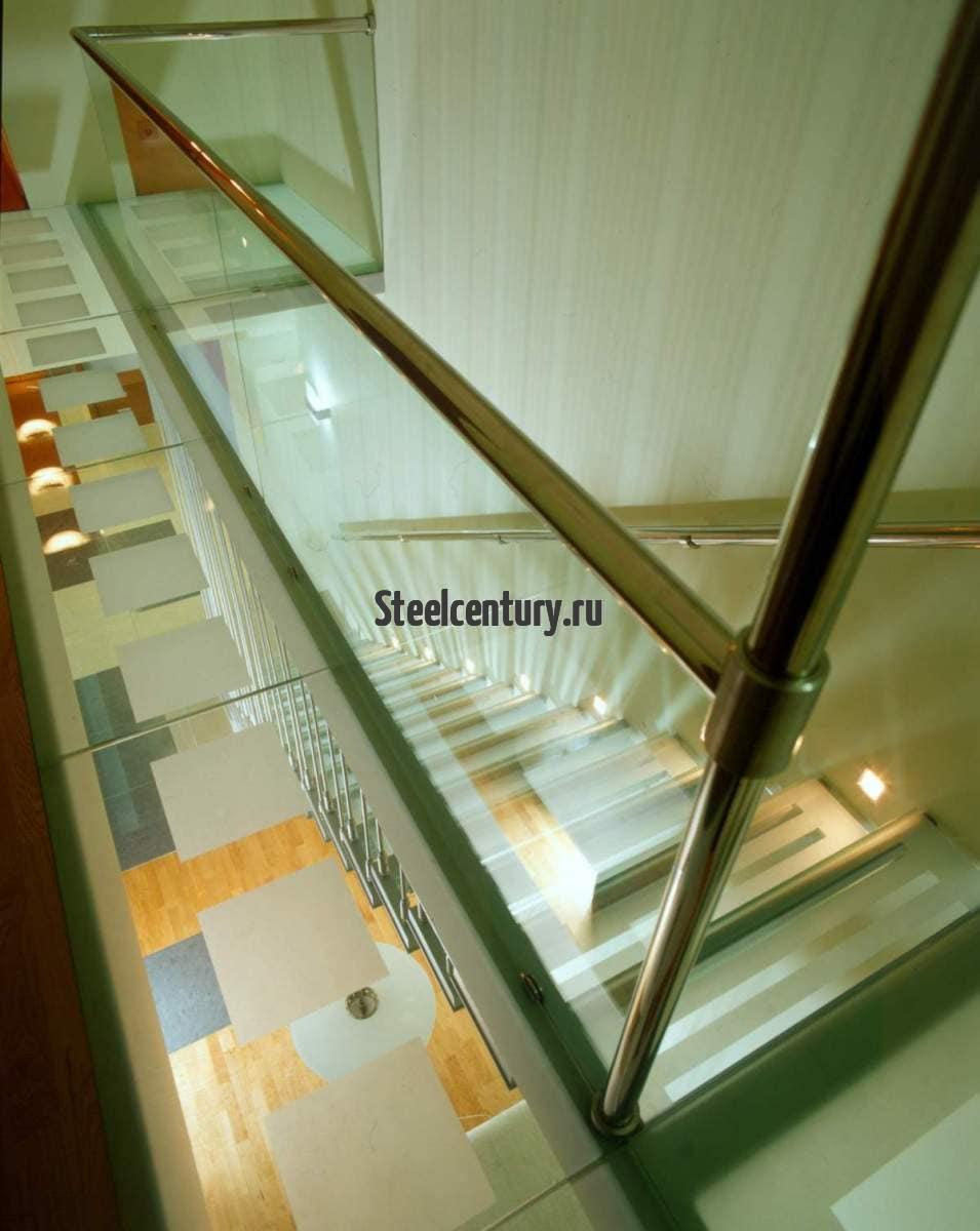 Стекло и металл лестница